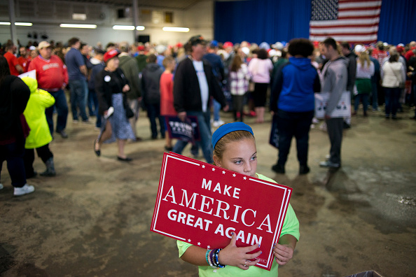 Volunteer「GOP Presidential Candidate Donald Trump Campaigns At Delaware County Fair In Ohio」:写真・画像(5)[壁紙.com]