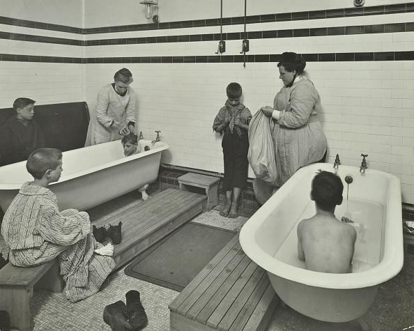 Bathroom「Attendants Bathing Boys At The Sun Court Cleansing Station, London, 1914」:写真・画像(11)[壁紙.com]