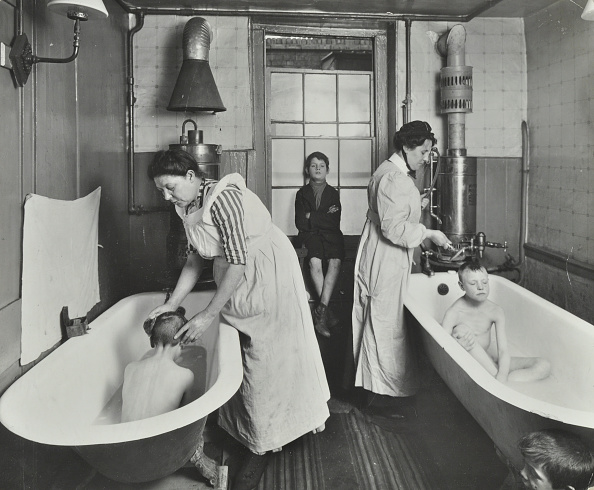 Bathroom「Attendants Bathing Boys At The Central Street Cleansing Station, London, 1914」:写真・画像(10)[壁紙.com]