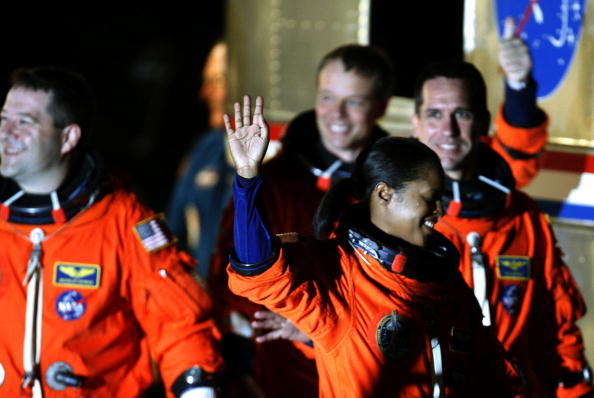Space Shuttle Endeavor「NASA Makes Final Preparations For Space Shuttle Discovery's 33rd Flight」:写真・画像(6)[壁紙.com]