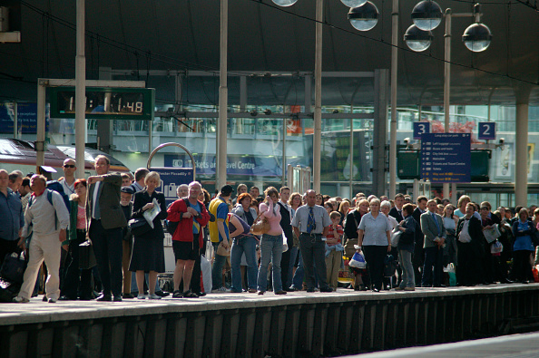 Busy「Rush hour travellers throng the platform at Manchester Piccadilly station. May 2005」:写真・画像(18)[壁紙.com]