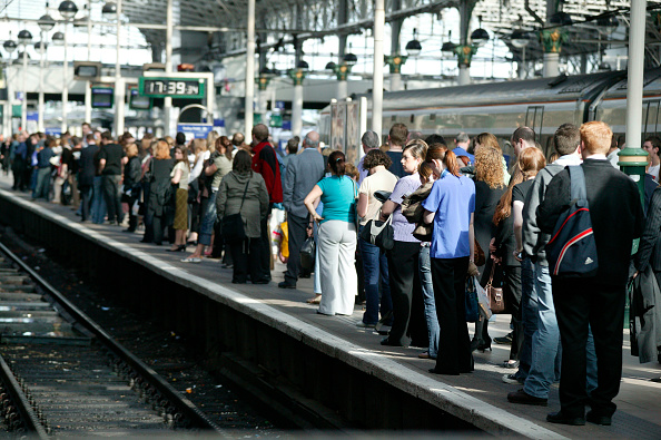 Station「Rush hour travellers throng the platform at Manchester Piccadilly station. May 2005」:写真・画像(6)[壁紙.com]