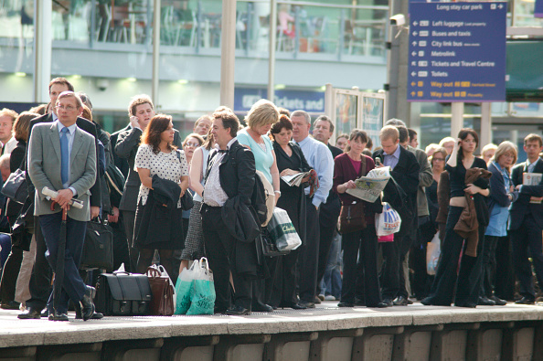 Busy「Rush hour travellers throng the platform at Manchester Piccadilly station. May 2005」:写真・画像(10)[壁紙.com]