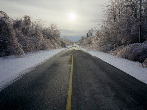 Montérégie「Empty Road Surrounded by Snow and Ice」:スマホ壁紙(9)