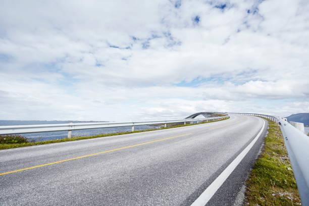 Empty road with distant bridge, Atlantic road, Norway:スマホ壁紙(壁紙.com)