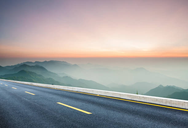 empty road travel through mountain range:スマホ壁紙(壁紙.com)