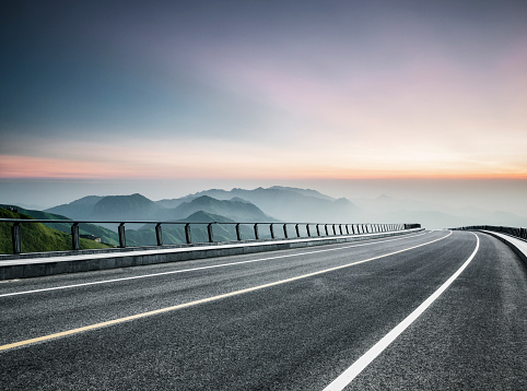 Empty Road「empty road travel through mountain range」:スマホ壁紙(8)