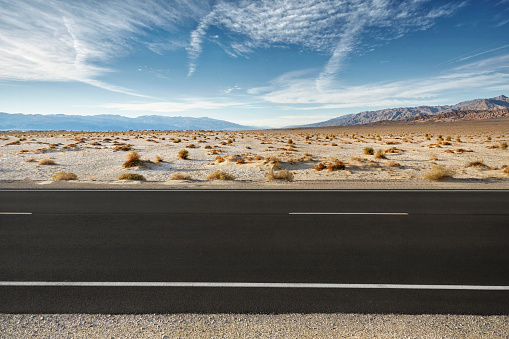 Dividing Line - Road Marking「Empty road in desert landscape with distant mountains」:スマホ壁紙(17)