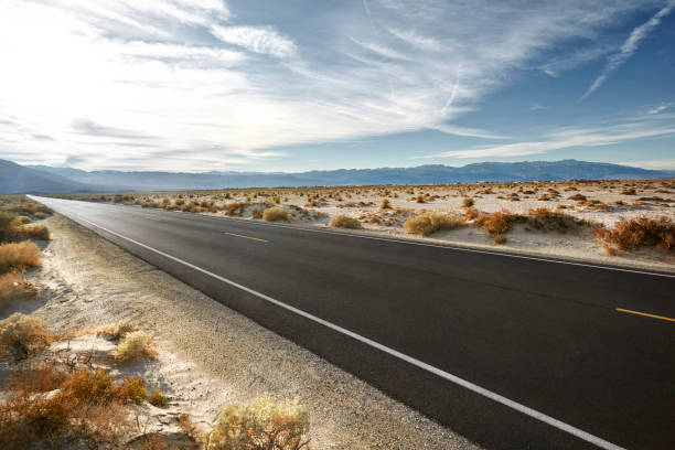 Empty road in desert landscape with distant mountains:スマホ壁紙(壁紙.com)