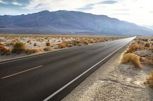 Dividing Line - Road Marking「Empty road in desert landscape with distant mountains」:スマホ壁紙(8)