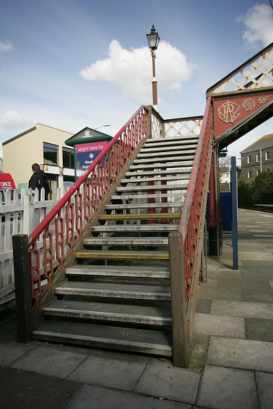 Footbridge「Stairway to the footbridge at Redruth station」:写真・画像(16)[壁紙.com]