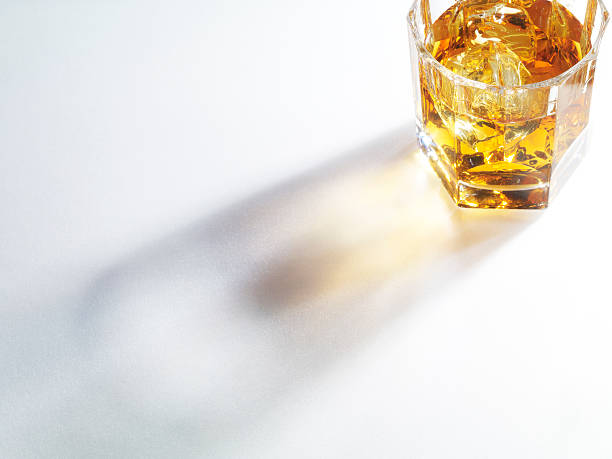 Light through a whiskey:スマホ壁紙(壁紙.com)