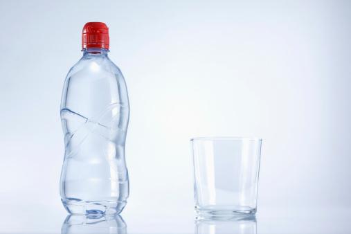 透明「Plastic bottle of mineral water with glass, close up」:スマホ壁紙(15)