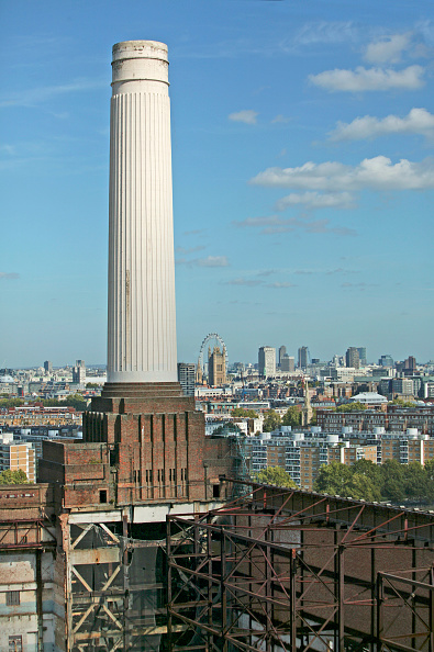 Urban Skyline「First scaffolding being erected on the diisused Battersea Power Station, London South bank. The industrial landmark is being redeveloped into a huge leisure and residential complex, cultural centre and five stars hotel.」:写真・画像(16)[壁紙.com]