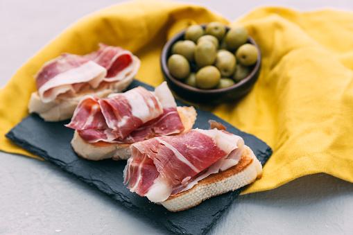 Serrano Ham「Bruschetta with prosciutto and a bowl of olives」:スマホ壁紙(16)
