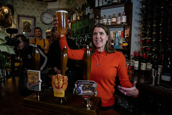 Pouring「Lib Dem Leader Jo Swinson Campaigns In South East England」:写真・画像(15)[壁紙.com]