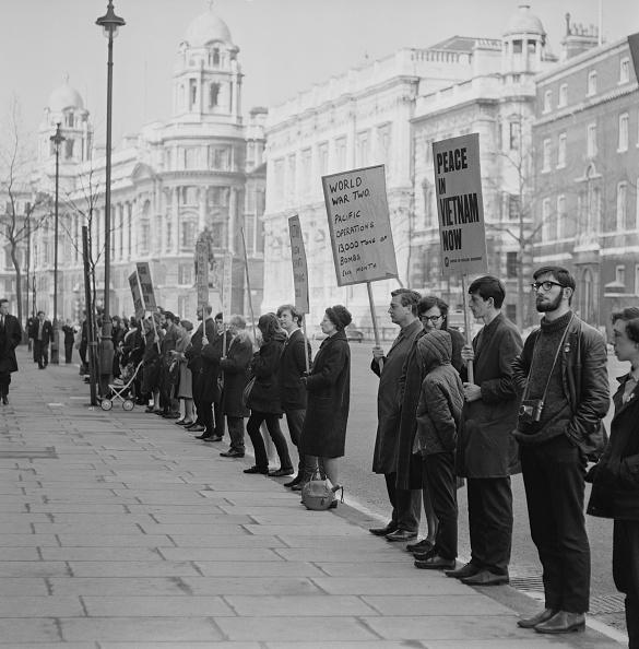 People In A Row「Anti-Vietnam Demo」:写真・画像(11)[壁紙.com]
