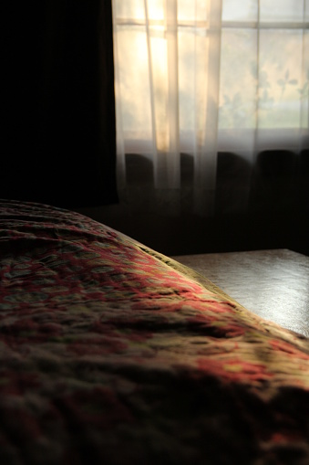 キルト「Sunlight through a window falling on the edge of a bed」:スマホ壁紙(8)