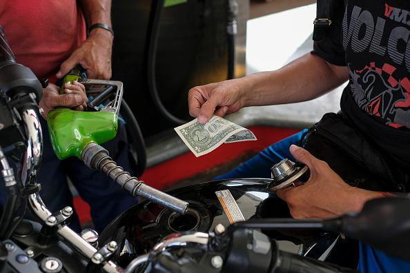 Paying「Use Of American Dollars Grows in Venezuela」:写真・画像(7)[壁紙.com]