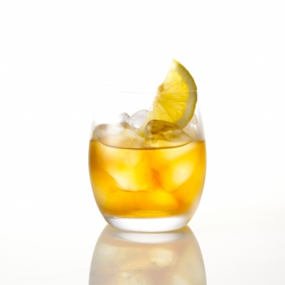 氷「Alcoholic drink served in a lowball glass with lemon garnish」:スマホ壁紙(4)