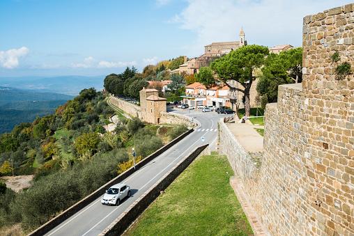 車「Italy, Tuscany, Montalcino, View of ancient Montalcino city and fortress walls on hill」:スマホ壁紙(17)
