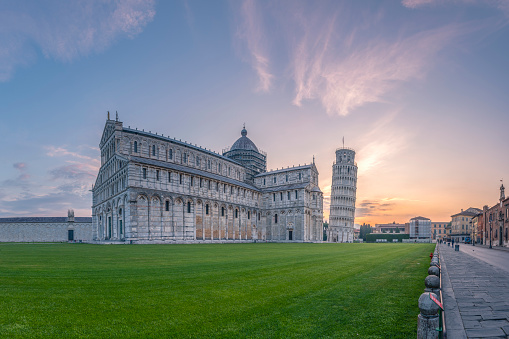 Religion「Italy, Tuscany, Pisa, View to Pisa Cathedral and Leaning Tower of Pisa from Piazza dei Miracoli at sunset」:スマホ壁紙(3)
