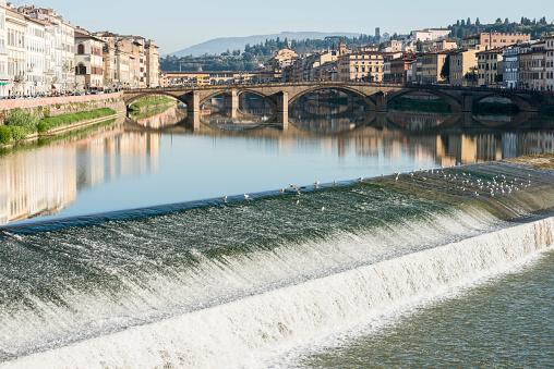 歴史「Italy, Tuscany, Florence, Cityscape reflected in Arno river」:スマホ壁紙(19)