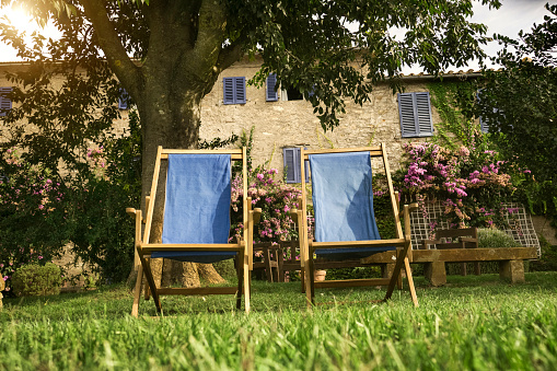 Deck Chair「Italy, Tuscany, Maremma, Deck chairs in flowering garden of a country house」:スマホ壁紙(5)