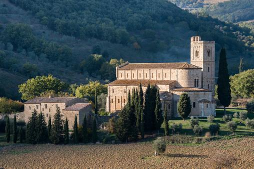 Abbey - Monastery「Italy, Tuscany, Montalcino, Abbey of SantAntimo near Montalcino in sunlight」:スマホ壁紙(18)
