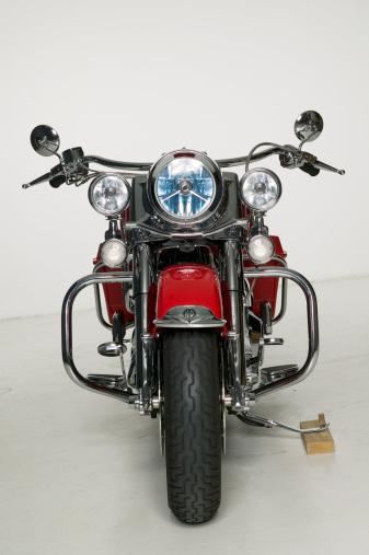 Motorcycle「Red motorcycle parked in studio」:スマホ壁紙(11)