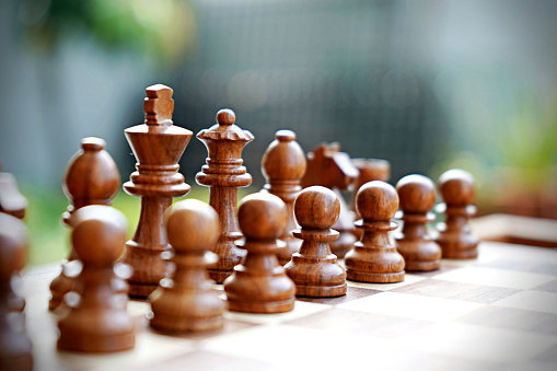 Battle「Brown coloured wooden chess pieces in the game of chess horizontal stock photo」:スマホ壁紙(2)
