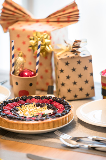 クリスマスケーキ「テーブルの上のクリスマス料理に包まれたプレゼント ボックス」:スマホ壁紙(11)