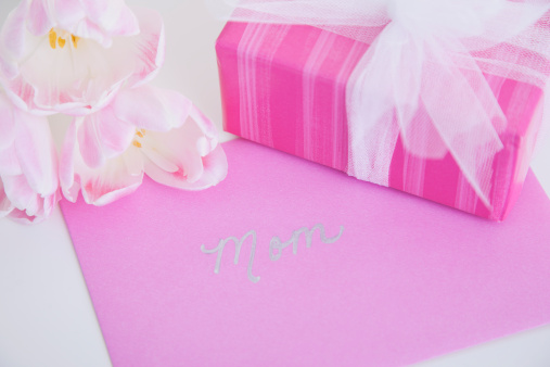母の日「Wrapped present and greeting card for mothers day」:スマホ壁紙(10)