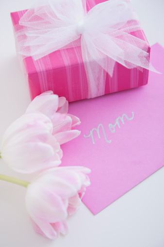 母の日「Wrapped present and greeting card for mothers day」:スマホ壁紙(9)