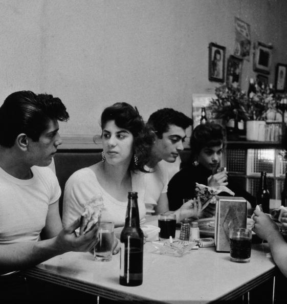 Eating「Teenagers Eating In Pizzeria」:写真・画像(8)[壁紙.com]