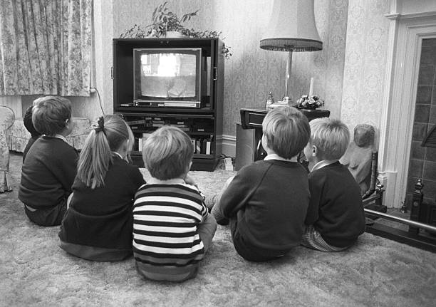 Children Watching TV:ニュース(壁紙.com)