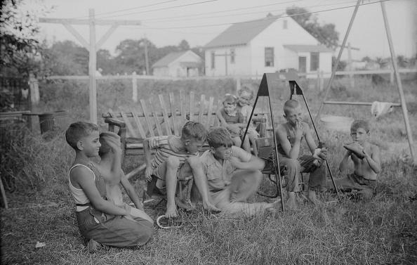 Bench「Gang Of Children In Yard」:写真・画像(1)[壁紙.com]