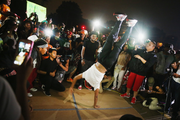Breakdancing「Outrage In Missouri Town After Police Shooting Of 18-Yr-Old Man」:写真・画像(7)[壁紙.com]
