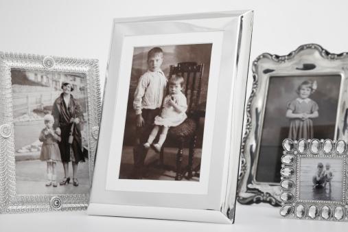 Family Tree「cropped group of framed vintage family photographs」:スマホ壁紙(19)