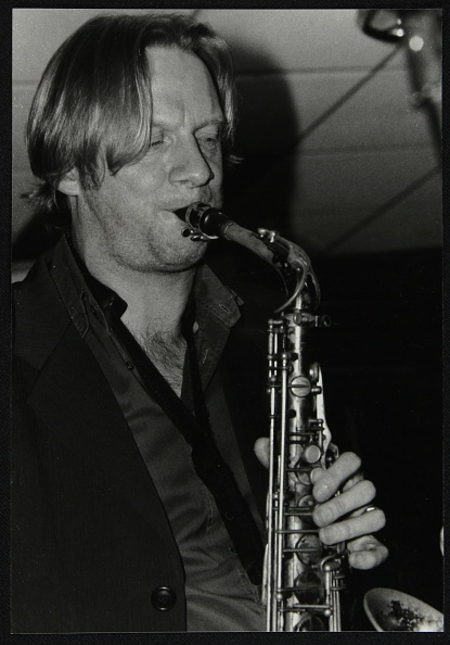 Alloy「Alto saxophonist Matt Wates playing at The Fairway, Welwyn Garden City, Hertfordshire, 2003. Artist: Denis Williams」:写真・画像(8)[壁紙.com]