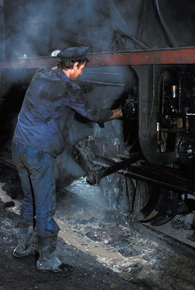 Finance and Economy「Washing out ex Serbian Railway Class 20 Mogul No.20 100 at Sid Depot on Friday 26 August 1983. The boiler washer is ejecting white scale from the firebox drain plug.」:写真・画像(16)[壁紙.com]