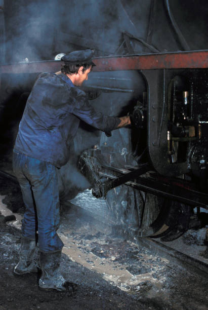 Washing out ex Serbian Railway Class 20 Mogul No.20 100 at Sid Depot on Friday 26 August 1983. The boiler washer is ejecting white scale from the firebox drain plug.:ニュース(壁紙.com)
