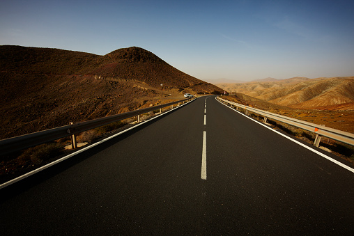 Crash Barrier「Spain, Canary Islands, Fuerteventura, view to empty road at landscape」:スマホ壁紙(8)