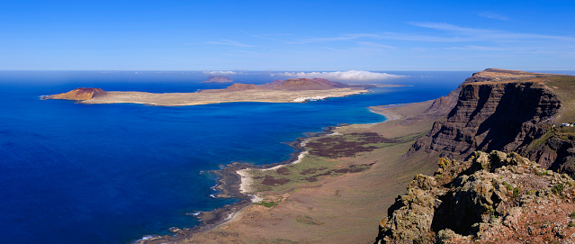 La Graciosa - Canary Islands「Spain, Canary Islands, Scenic view of Montana Clara islet seen from coastal cliff of LaGraciosa」:スマホ壁紙(9)