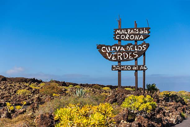 Spain, Canary Islands, Lanzarote, Signpost Malpais de la Corona, Cueva de Los Verdes and Jameos del Agua:スマホ壁紙(壁紙.com)