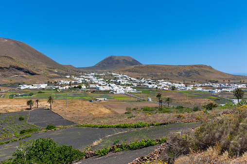Volcano Islands「Spain, Canary Islands, Lanzarote, Maguez, Village Haria and Volcano Monte Corona in the background」:スマホ壁紙(17)
