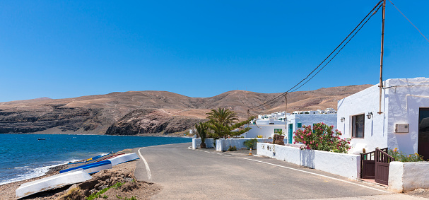 Empty Road「Spain, Canary Islands, Lanzarote, Puerto Calero, empty street at Playa Quemada」:スマホ壁紙(13)