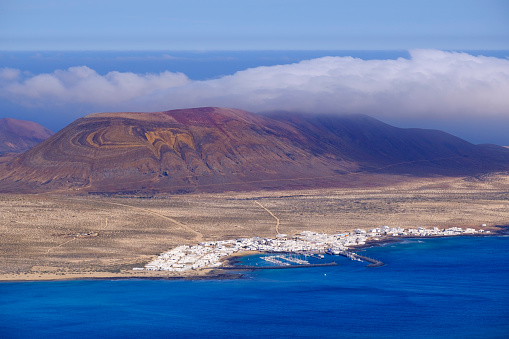 La Graciosa - Canary Islands「Spain, Canary Islands, Caleta del Sebo, Scenic view of volcanic coastline of La Graciosa island」:スマホ壁紙(1)