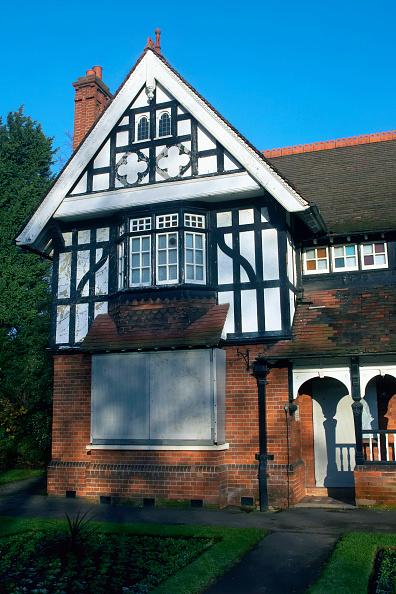 Blank「Borded up mock Tudor house before refurbishment, London, UK」:写真・画像(19)[壁紙.com]