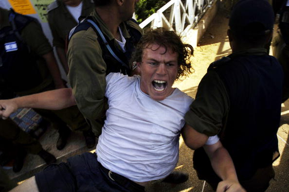 Midsection「Israeli Troops Move To Evict Settlers From Neve Daklim」:写真・画像(1)[壁紙.com]